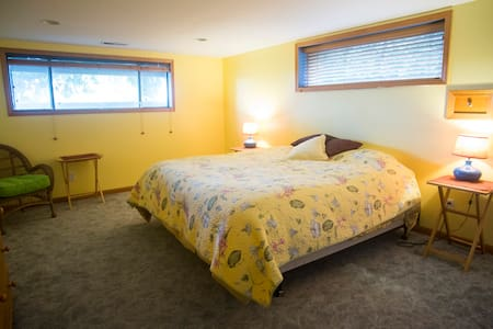 Cozy room with king size bed and private bathroom - Fairview