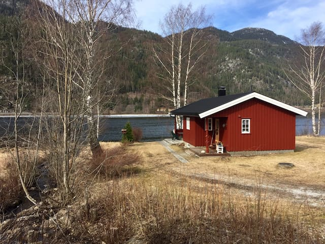 Welcome to our cabin by the Hallingdalvalley river - Nesbyen - Cottage