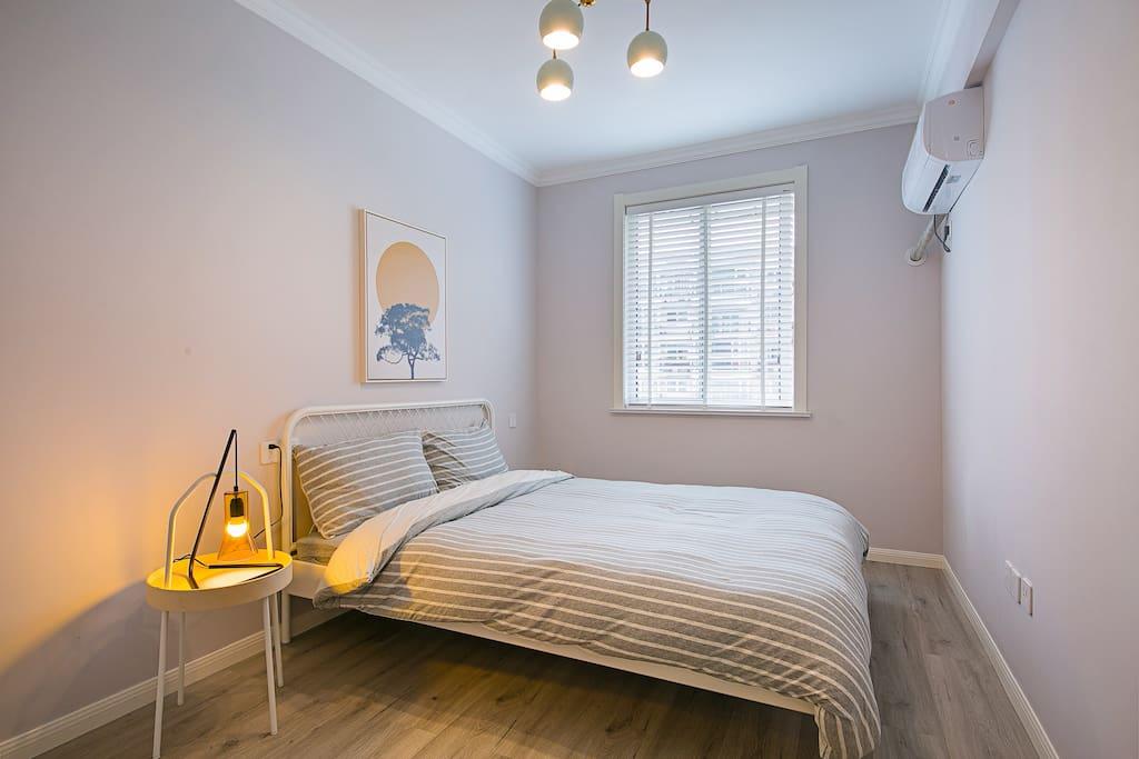 干净宽敞的次卧双人床