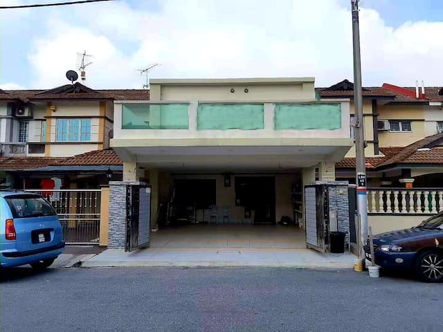 BBT Double Storey Home + Balcony( 5mins to 2 Mall)