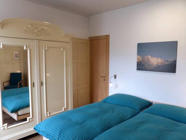 Schlafzimmer (Süd) mit separatem Badezimmer (en suite, Badewanne/WC)