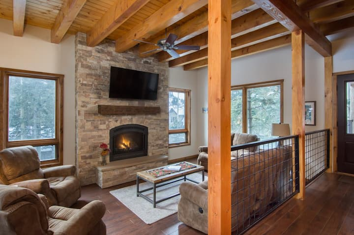Spacious Retreat with ski storage, shared Hot tub and Sauna