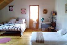 Chambre  indépendante, à l'étage, avec un deuxième lit double possible