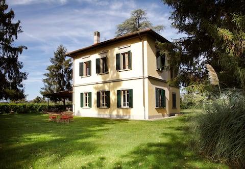 Elegante villa con amplio jardín