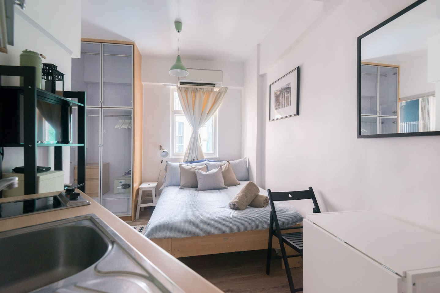 The self-contained studio has everything you need for a fantastic stay in HK, from a well equipped kitchennette and washing machine to cable TV (with HBO and Fox!) and full-speed internet.