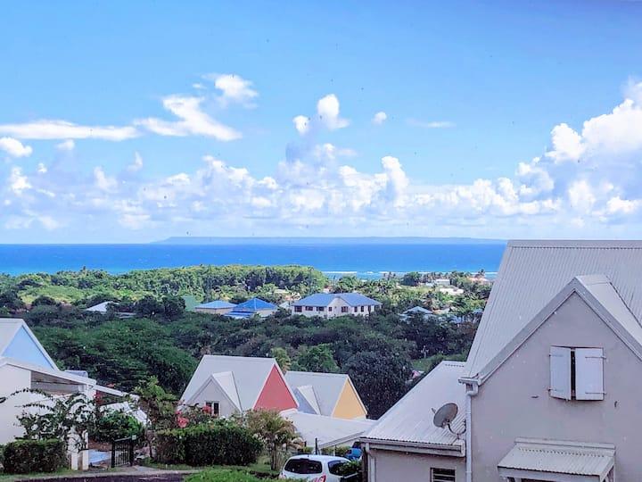 Appartement ventilé avec piscine et vue sur mer