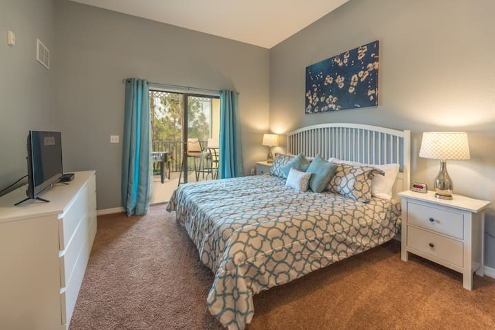 Awesome charming decor near Disney up to 9 guests!