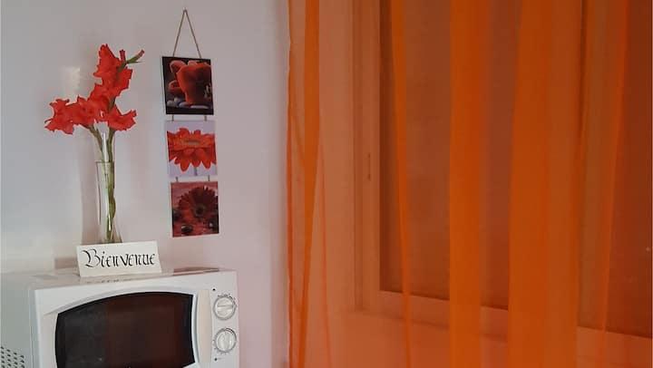 "Joli studio ""mandarine"" au coeur du Périgord vert"