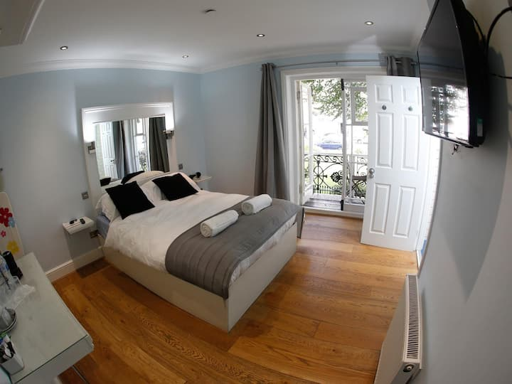 Double Room 4 at Churchill Guest House