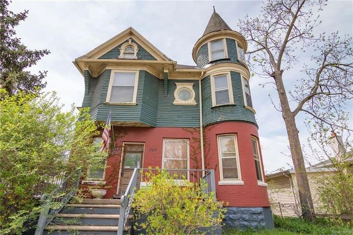 Maine House est 1898