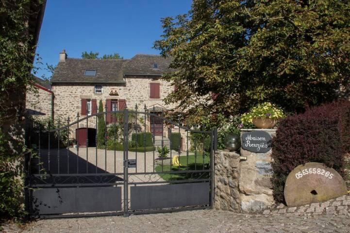 """LA MAISON ROUZIES  """"La Source"""" - La Bastide-l'Évêque - Gjestehus"""