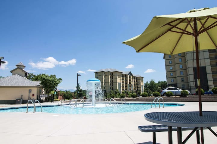 Mountain View Condo #3604 ~ Mountain Views, Indoor Pool-WiFi-Walking area, Heart of Pigeon Forge