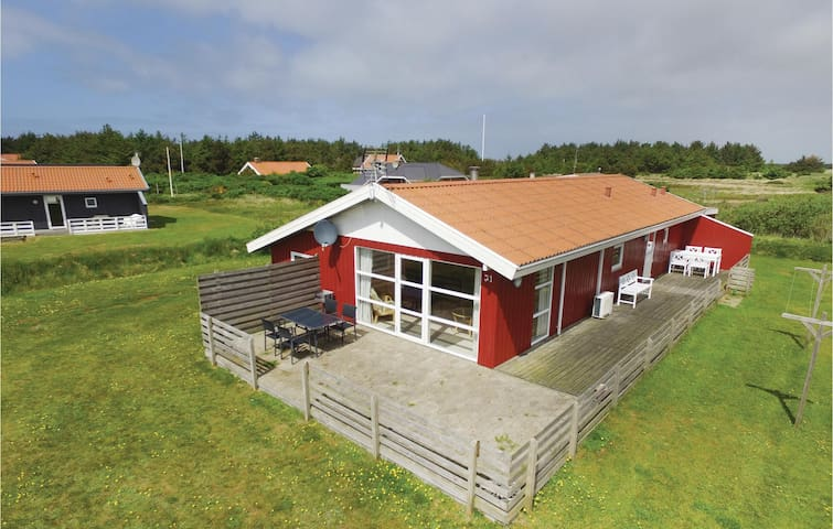 Holiday cottage with 4 bedrooms on 110 m² C79212