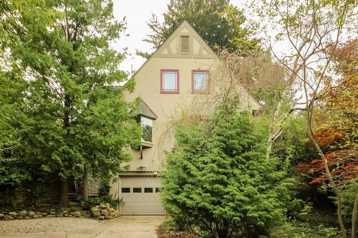Secluded Awixa Tree Haus in Ann Arbor Hills - Ann Arbor - House