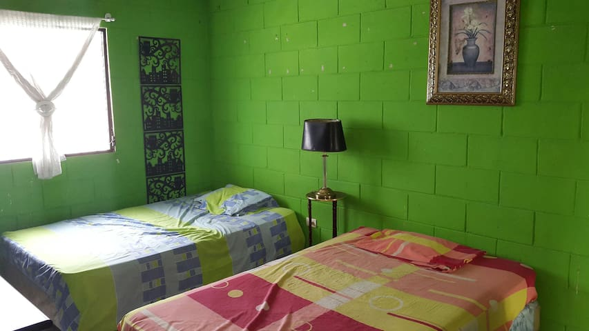 Habitación 2 Camas en San Salvador. - Cima 2, Calle San Nicólas. - House