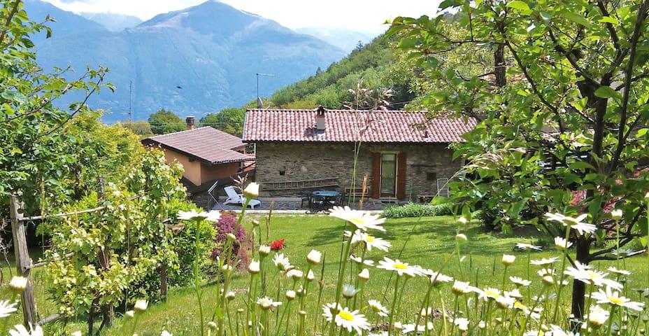 Casa con grande giardino, Wifi e private parking