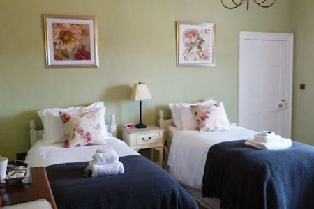 Twin Room, Peaceful Grade II Listed House - Chester - Bed & Breakfast