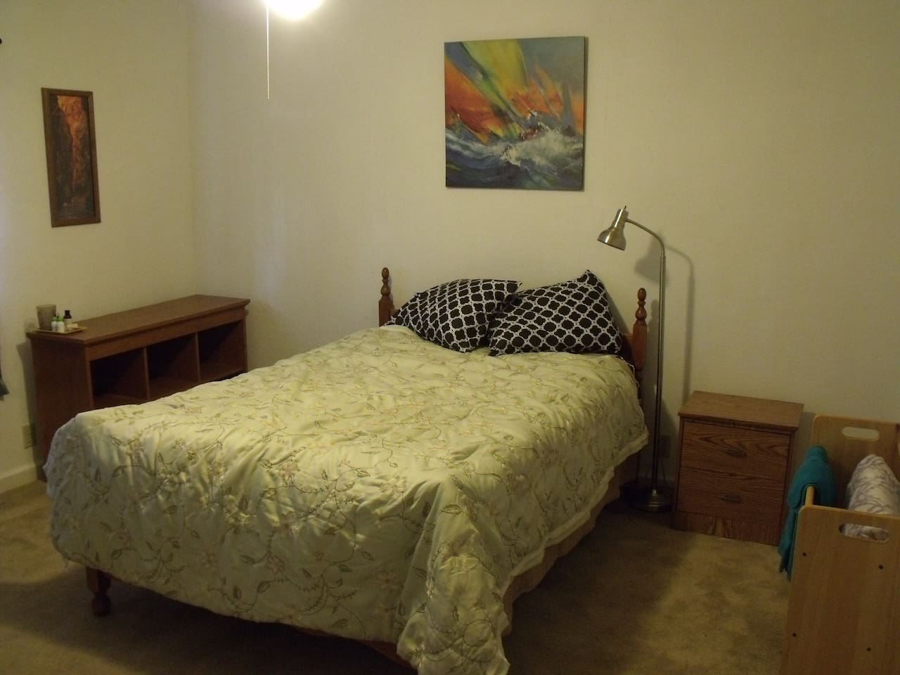 Queen Bed w/Shared Bath