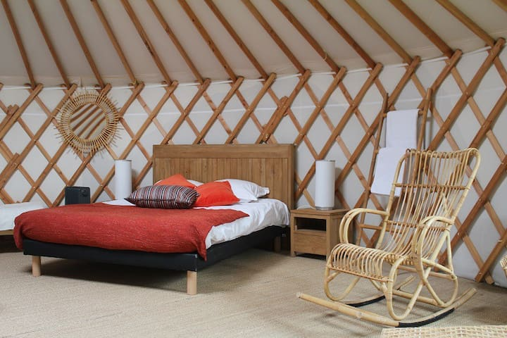 Cosy yurt in Burgundy