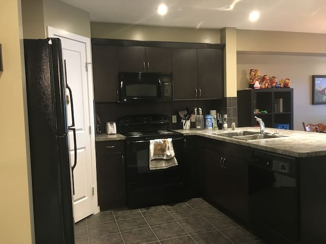 1 Bed Condo less than 15 min from Calgary airport! - Airdrie - Apartemen