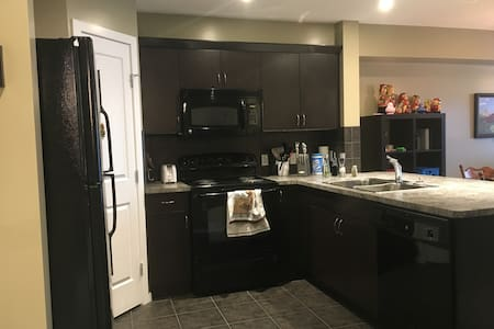1 Bed Condo less than 15 min from Calgary airport! - Airdrie - 公寓