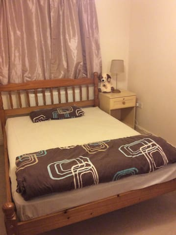 Double room, own bathroom, near Gatwick - Crawley - Apartamento
