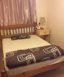 Double room, own bathroom, near Gatwick - Crawley