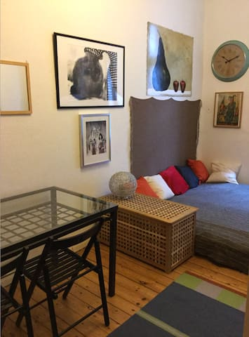 Friedrichshain, cozy room 18m in artist apartment