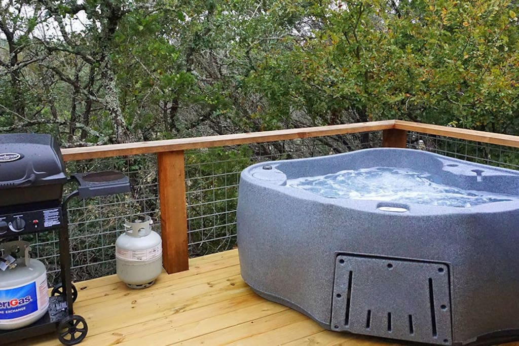 Gonzales cabin hot tub one night stay available cabins for Log cabin with hot tub one night stay