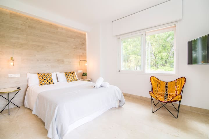 Guest bedroom #1: 150x200cm King size bed, its own terrace, TV and ample built-in closet
