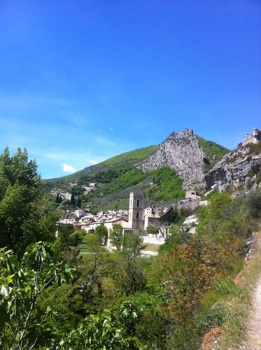 Entrevaux, charmant village provençal entouré de remparts hérigés par Vauban.