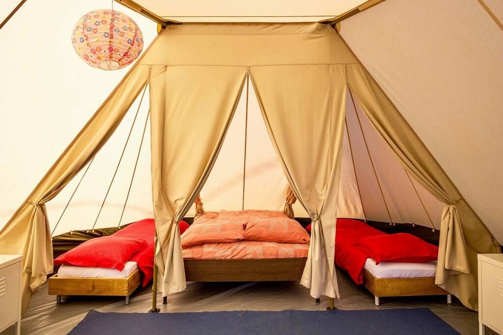 3 slaapkamers met goede bedden, ruimte voor een campingbedje