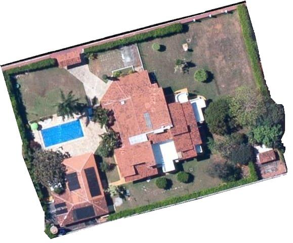 Apartamento de 200m2 em bela casa com área verde