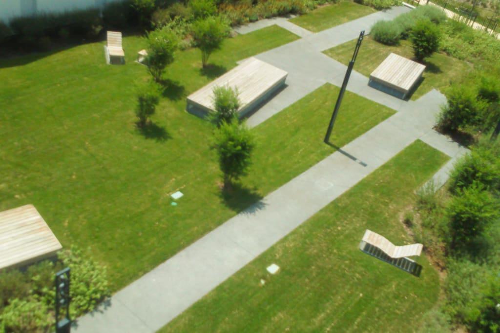 Jardin privée à la résidence.
