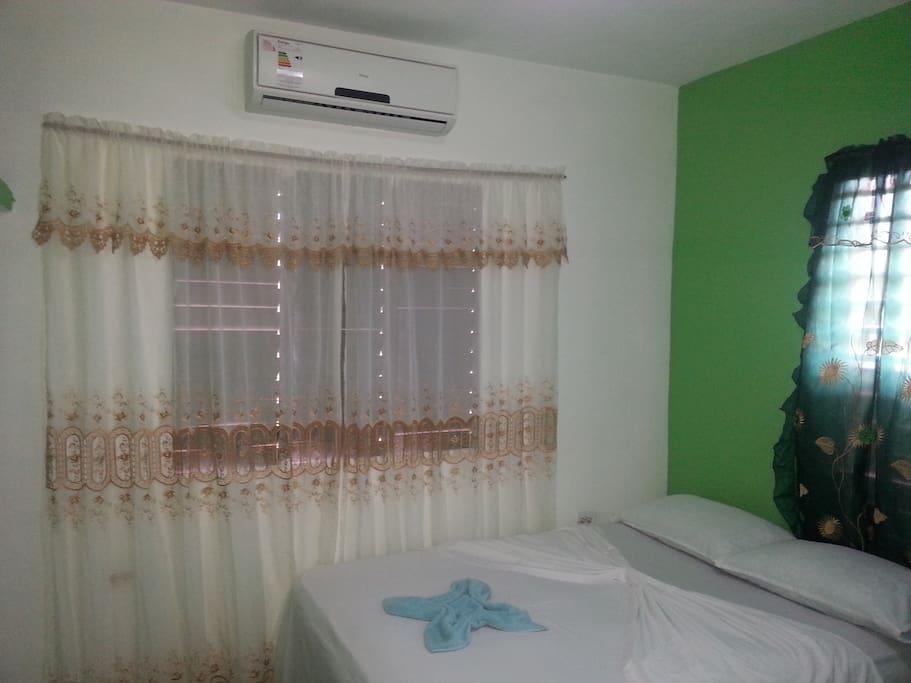 Habitacion 1 que cuenta con dos camas un ventilador, aire acondicionado y total privacidad y un baño