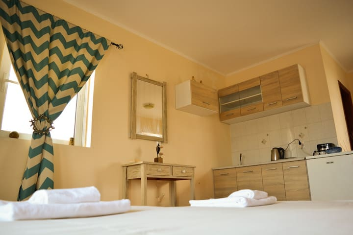 Spacious 2 single bed, with sea view & Lindos view