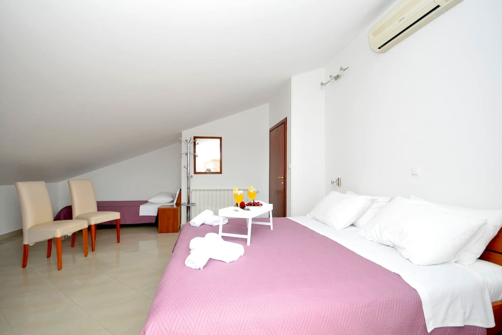 Bedroom with 1 double and 1 single bed