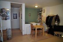 Wohnzimmer mit Blick auf offene Küche/ living room with view on open kitchen