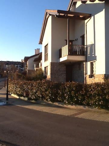 Preciosa casa 2 plantas , jardín , sauna y vistas - Jaca - Szeregowiec