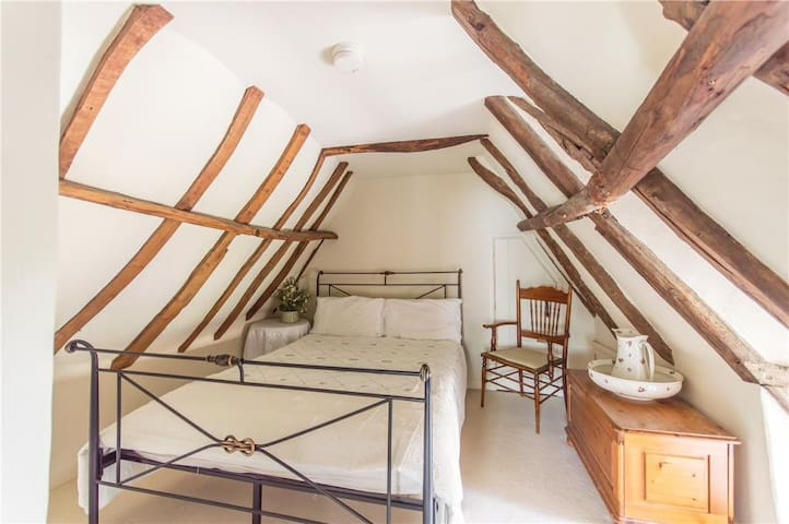 Fairytale Thatched Cottage - B&B  only - Girton