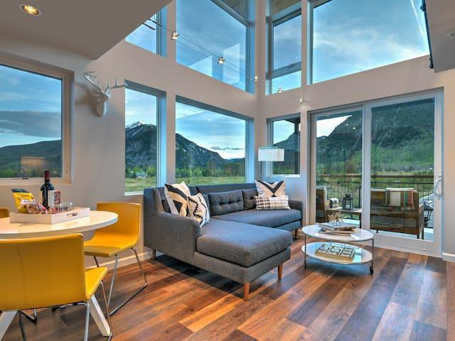 Modern Mountain Getaway with Stunning Views