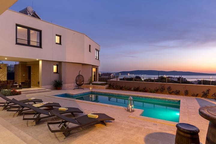 Villa Adria -heated pool, gym, sauna, near the sea