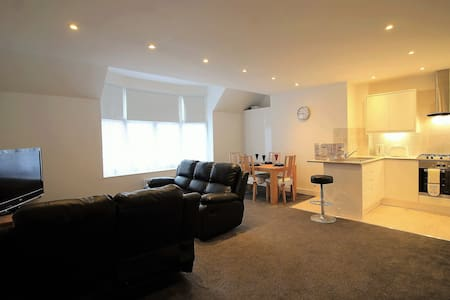 Exquisite 3 Bed Flat, 15 min from Heathrow - Staines-upon-Thames - อพาร์ทเมนท์
