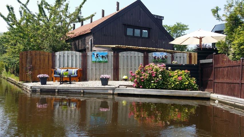 Vrijstaand vakantiehuis, privé tuin aan het water
