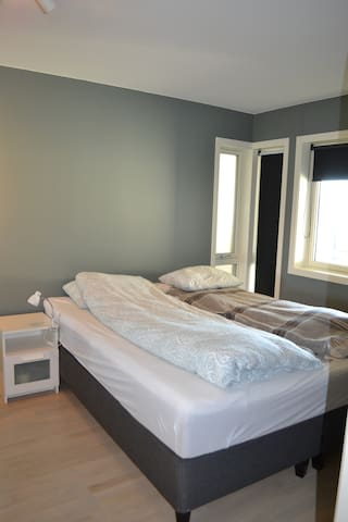 Sov 1 med 180cm bred seng