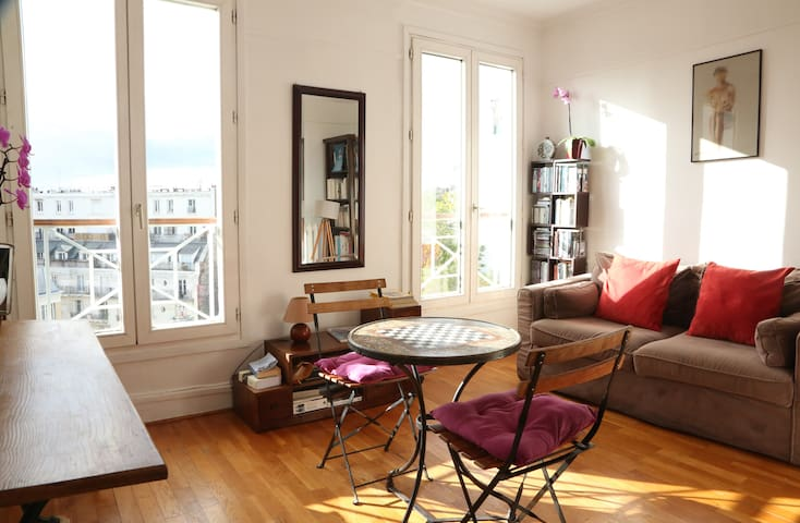 Beautiful bright apt with view of the Eiffel Tower