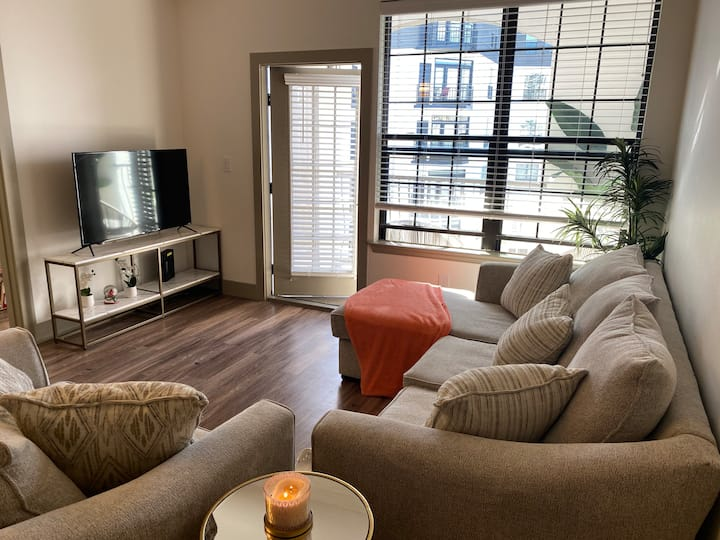 Uptown Dallas apartment with city views