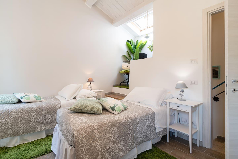Camera doppia con due letti singoli-soffitto con travi in legno