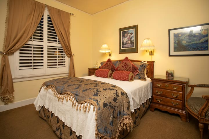 Classic Queen Room w/Private External Bathroom
