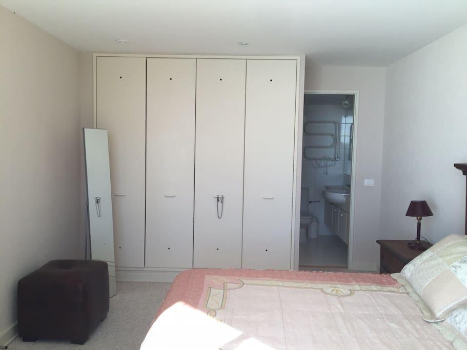 Ropero y baño completo dormitorio 1